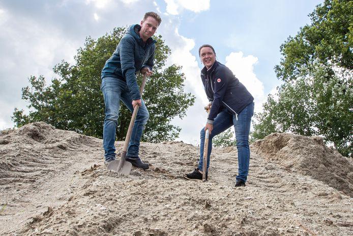 """Stichting Manege De Luttenberg veilt na acht jaar buiten gelegen te hebben de oude vloer van de binnenbakken. ,,Echte A-kwaliteit"""", zegt secretaris Cas Veneberg, naast voorzitter Jeanet Makkinga."""