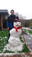 Tim maakte een mooie sneeuwpop in Malden.