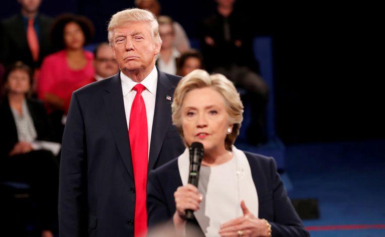 Toen nog presidentskandidaten Donald Trump en Hillary Clinton na afloop van hun debat aan de Washington University  in de staat Missouri.  Beeld REUTERS