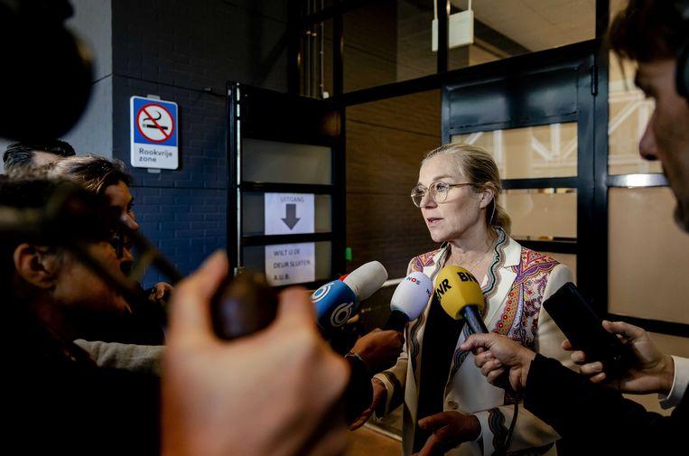D66-leider Sigrid Kaag staat de pers te woord bij het verlaten van de rechtbank. Beeld ANP
