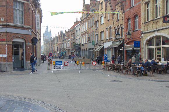 Tijdens het proefproject 'Verkeersvrije Menenstraat' konden mensen tot nu gratis parkeren onder het Novotel en op de parking van het college.