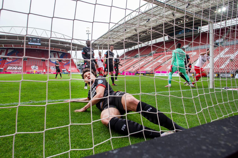 PSV'er Armando Obispo slaagt er op de slotdag van de eredivisie in een leeg Nieuw Galgenwaard niet in een doelpunt van Sander van de Streek namens FC Utrecht te voorkomen.