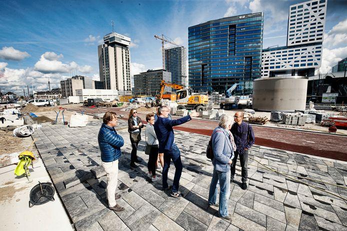 Wim Voogt (OKRA landschapsarchitecten) geeft toelichting op het ontwerp van het nieuwe Jaarbeursplein. Het plein werd vanmiddag geopend, maar er wordt ook nog hard aan gewerkt.