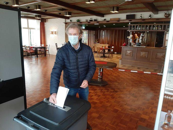 CDA Tweede Kamerlid Maurits von Martels uit Dalfsen bracht zijn stem uit bij restaurant Madrid in de buurtschap Hessum.