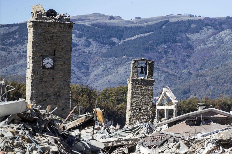De klokkentoren, zowat het enige bouwwerk dat na de zware aardbeving deze zomer nog recht stond, zou deze ochtend zijn ingestort.
