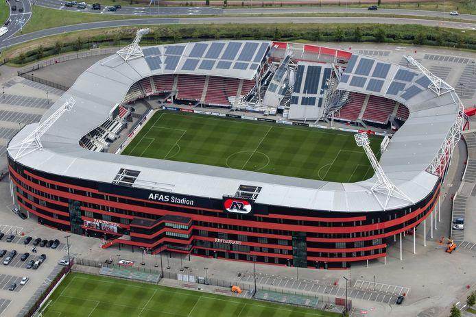 Een luchtfoto van de schade aan het dak van het Afas-stadion van AZ. Een gedeelte van het dak van het stadion is ingestort.
