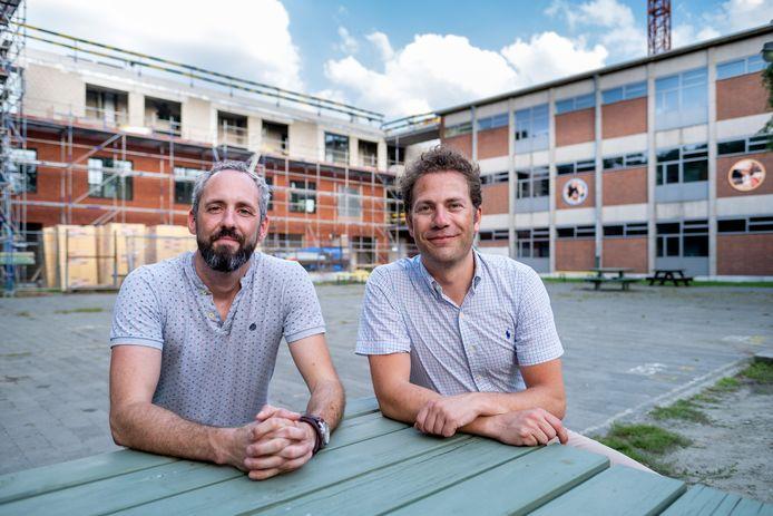 Kim Alewaters (links) volgt Christophe Van Wambeke op als directeur van Campus Louis Zimmer. Op de achtergrond de nieuwe vleugel die in aanbouw is.