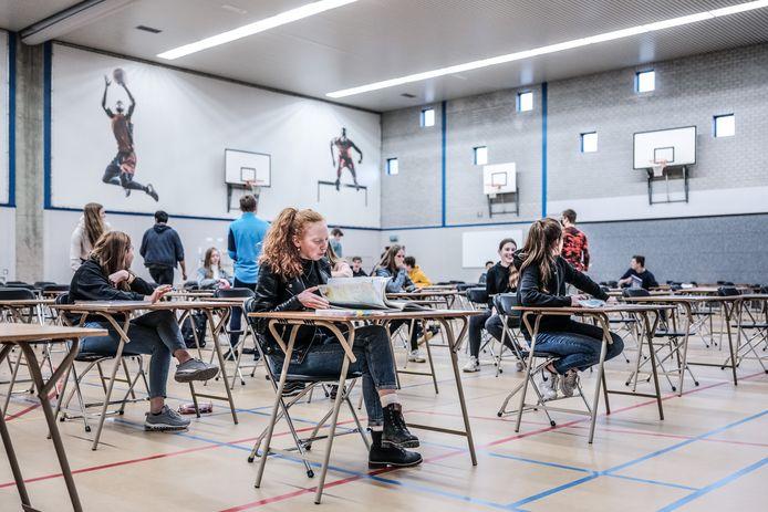 Begin 2021: een examen van Havo 4 in de sporthal van het Candea College.