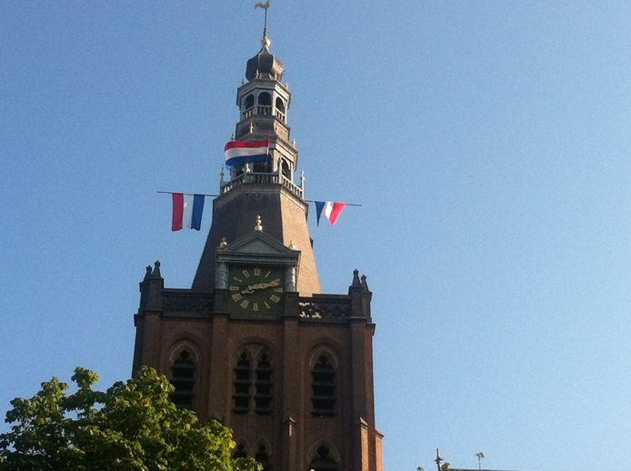 Vlaggen halfstok in de toren van de Sint-Jan.