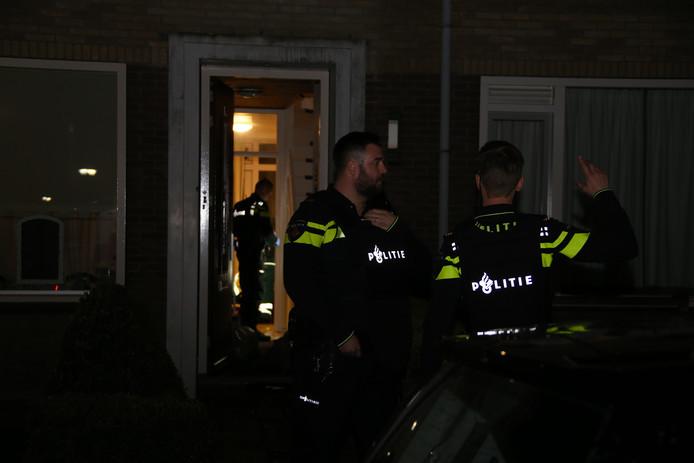Politie bij de woning aan de Landsherenstraat in Mijdrecht.
