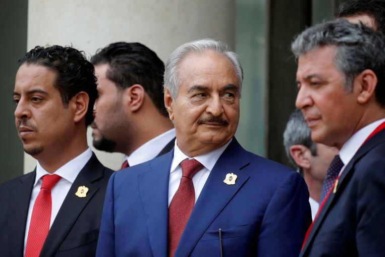 Khalifa Haftar (midden), na afloop van een conferentie over de situatie in Libië in mei vorig jaar in Parijs. Archiefbeeld. Beeld REUTERS