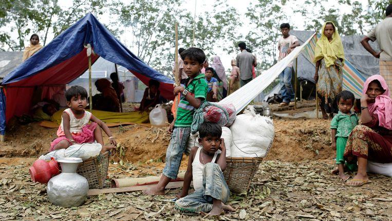 Een Rohingya-familie voor hun tentenkamp in Ukhiya, Bangladesh. Volgens de VN hebben meer dan 270.000 Rodingya hebben de afgelopen weken Myanmar ontvlucht. Beeld epa