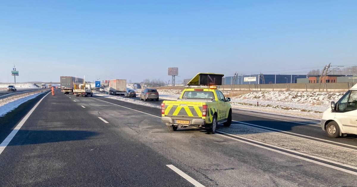 Dode op A15 door ongeluk, snelweg tot 16 uur afgesloten.