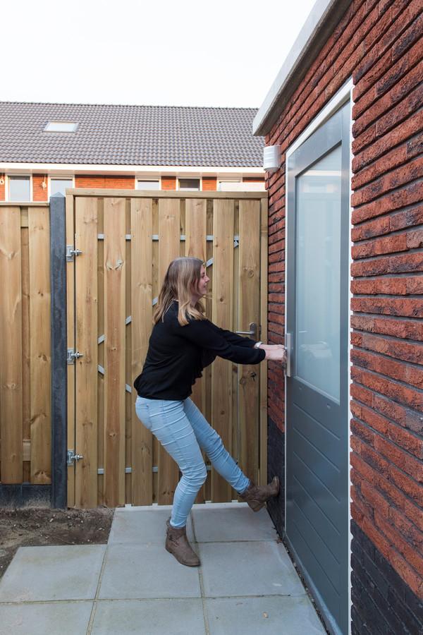 Inge van Holst uit Apeldoorn heeft onder andere last van een klemmende schuurdeur.