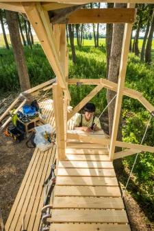 Japanse kunstenares bouwt voor IJsselbiënnale kamer in de vorm van een oor langs de dijk bij Marle