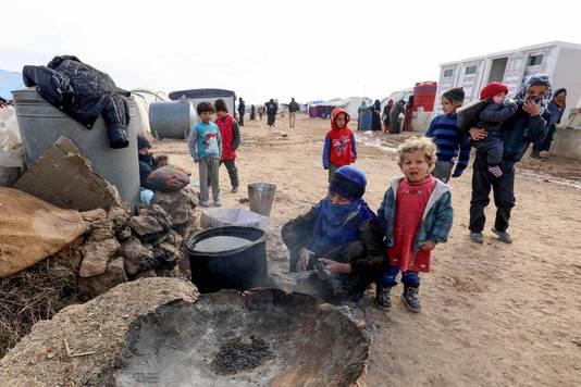 Ontheemde Syrische kinderen wachten op een maaltijd