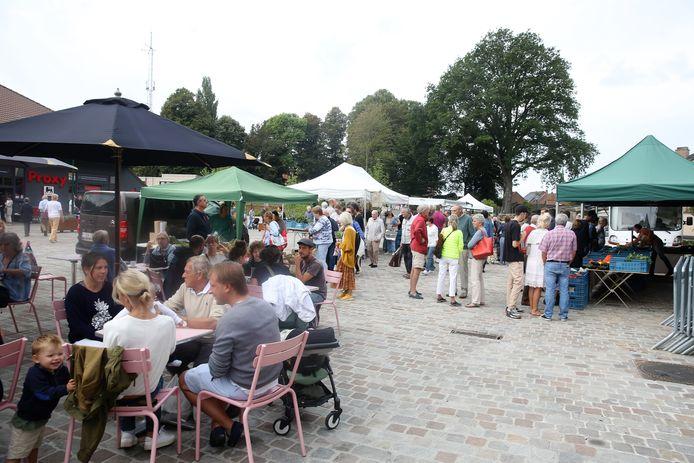 Een archiefbeeld van de zondagse markt op het Dorpsplein in Sint-Genesius-Rode in september vorig jaar, lang voor er van corona sprake was.