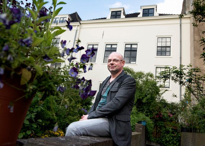 Jonathan Joosten woont in een sociale huurwoning van Mitros aan de Oudegracht. Mitros wil het pand doorverkopen aan een belegger (Foto Marnix Schmidt)