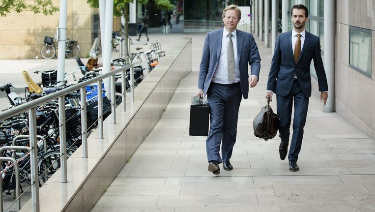 Advocaten Olivier van Hardenbroek (L) en Sebas Diekstra (R) namens Prakken d'Oliveira bij de rechtbank in juni Beeld anp