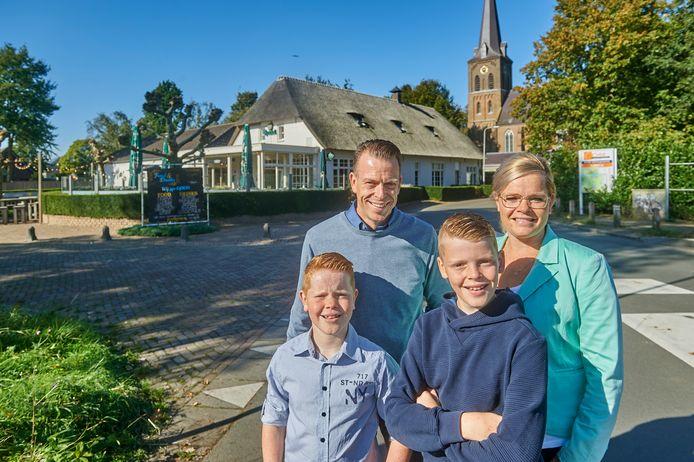 Jurgen en Loes Verhoeven van 't Vunderke in Macharen met hun zaak (De voormalige boerderij uit 1879). Op de foto met kinderen Faas (links) en Sies.