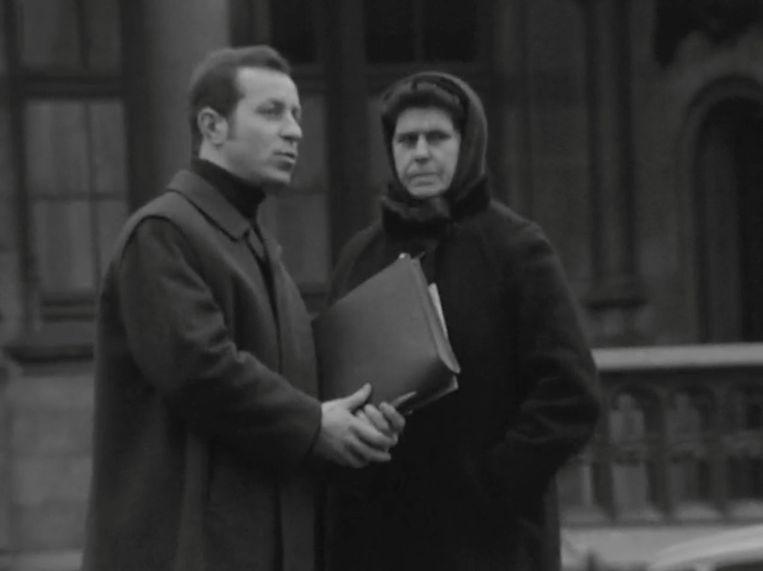 Walter Capiau maakt in 'Magesien' een dame wijs dat de Gentse Sint-Niklaaskerk moet wijken voor een parking. Beeld RV