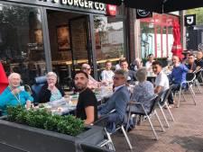 Jongeren trakteren ouderen op koffie en gebak: 'Vergeet onze ouderen niet'