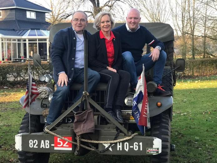 Drie Hellendoornse  serviceclub gaan samen geld  inzamelen voor de bevrijdingsfeesten in deze gemeente. V.l.n.r.:  Wil Leopardi (Lions-voorzitter), Marjo de Jager (Rotary-voorzitter) en  Erik van Faassen (bestuurslid van de Ronde Tafel 175).