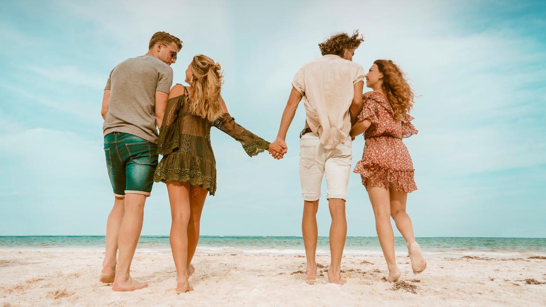 'Free Love Paradise' op VTM2, waarin drie Belgische en drie Nederlandse koppels in het 'Paradijs van de Vrije Liefde' kunnen ontdekken of het gras groener is aan de andere kant.  Beeld VTM2