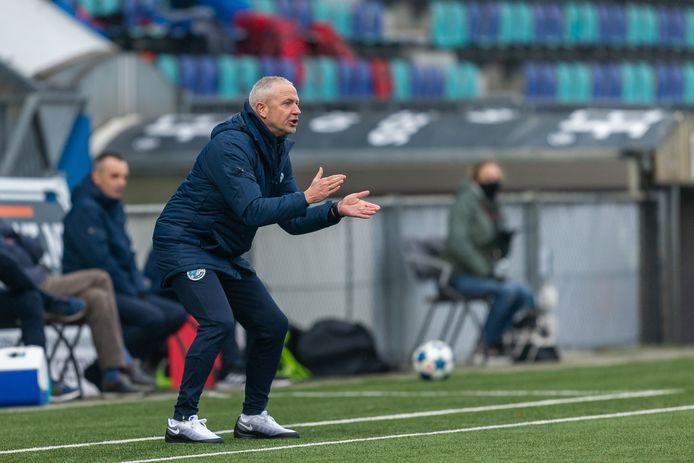 Jack de Gier moedigt zijn ploeg aan in zijn eerste wedstrijd als hoofdcoach van FC Den Bosch.