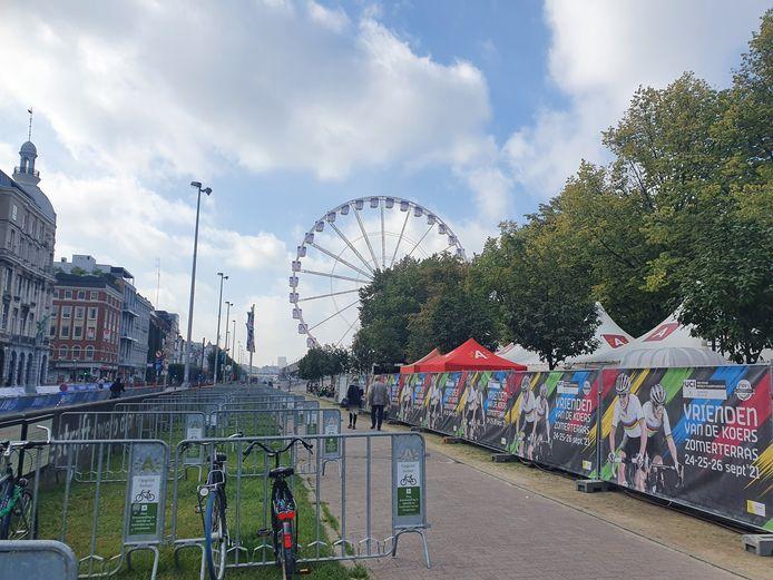 De eerste hekken van de fanzone 'Vrienden van de Koers' werden deze ochtend geplaatst. Aan de fanzone is een extra fietsenrek voorziet.
