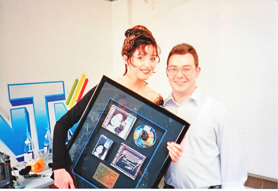 Kapper Marc Dekegel tijdens zijn jaren achter de schermen van Tien Om Te Zien op de foto met Wendy Van Wanten.