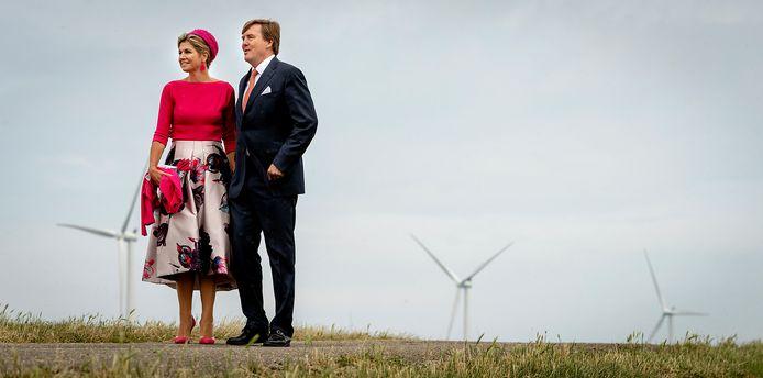 Het koningspaar wordt ook geprezen om deze look, tijdens een bezoek aan windmolenpark Noordoostpolder in Noordoost Flevoland.