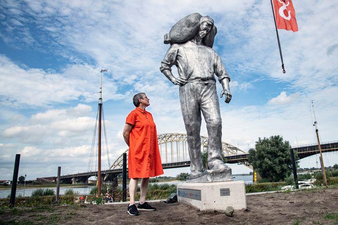 Kunstenares Margriet Hovens met haar kunstwerk De Kaaisjouwer.