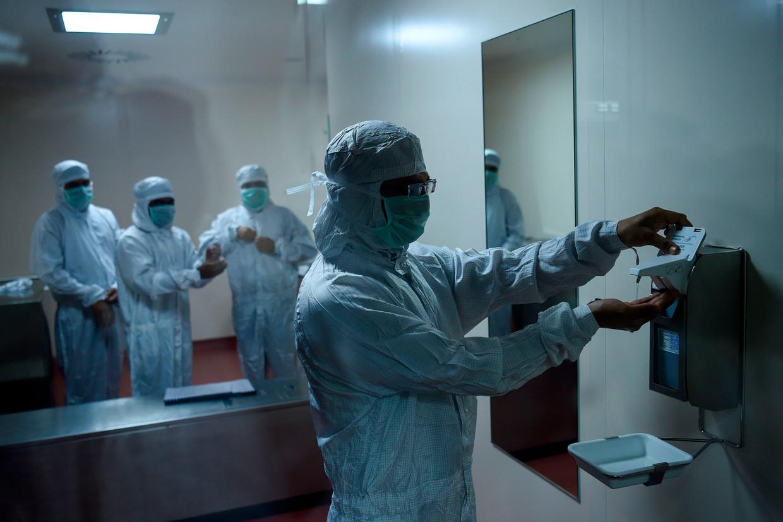 Productie van het AstraZeneca-vaccin in India.  Beeld AFP