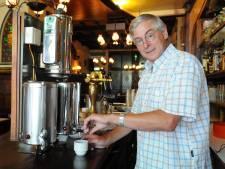 Afscheid van Jaap Mol midden in zijn oude café Visser's Poffertjessalon