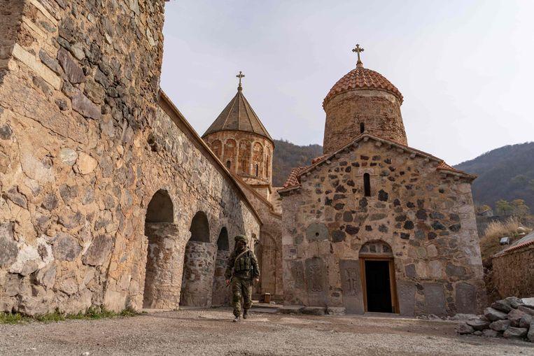 Een Russische soldaat bewaakt het Dadivank-klooster, even buiten Kalbajar.  Beeld AFP