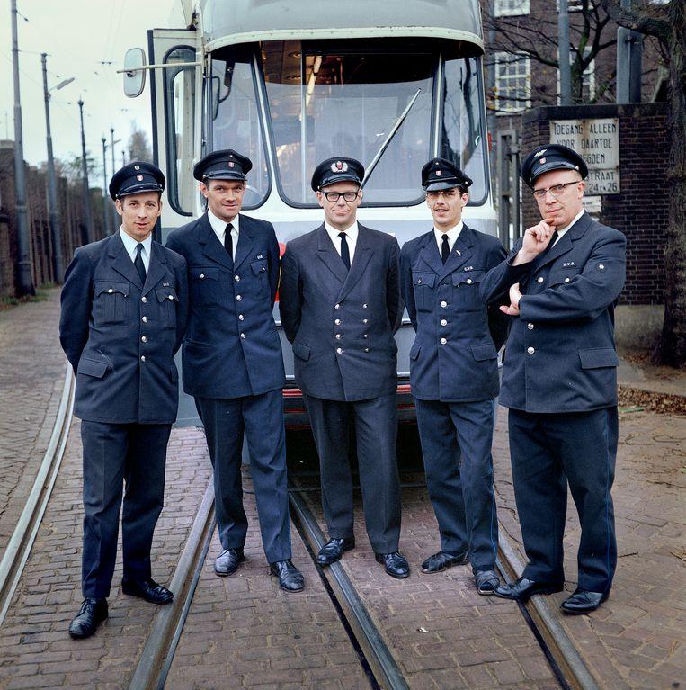 Trambestuurders bij de remise in de Havenstraat, Amsterdam, 1969 Foto Eddy Posthuma de Boer Beeld Eddy Posthuma de Boer