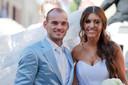 Wesley Sneijder en Yolanthe Cabau van Kasbergen poseren nadat ze zijn getrouwd in Castelnuovo Berardenga, Toscane.