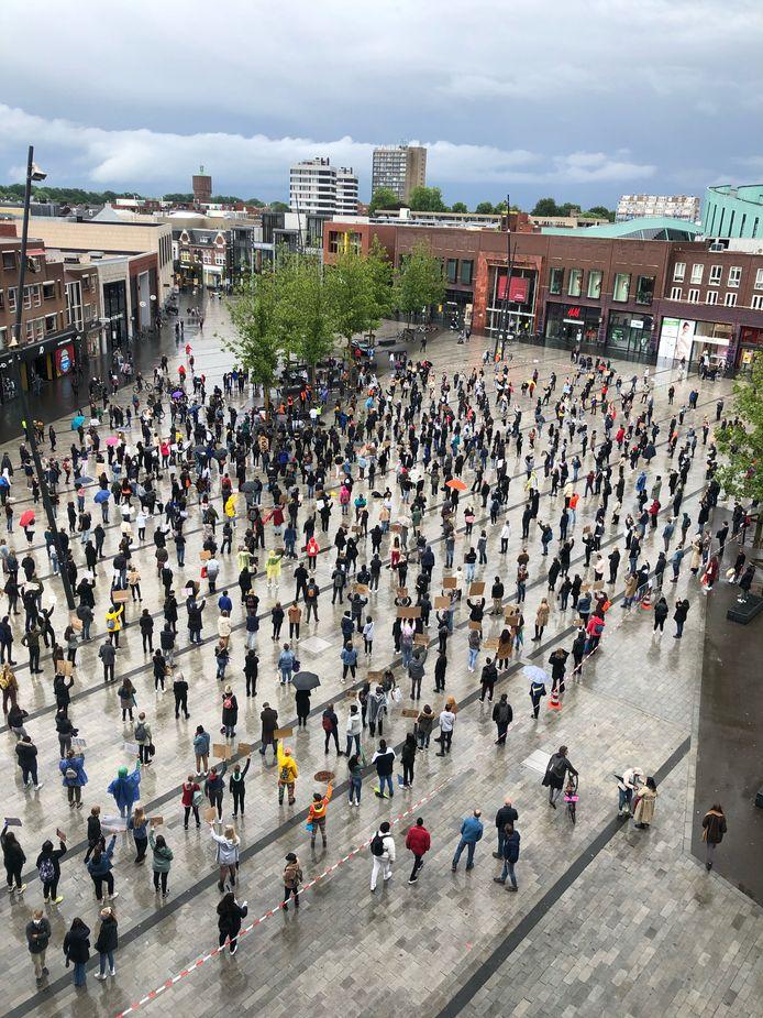 De demonstranten staan verspreid op het van Heekplein in Enschede.