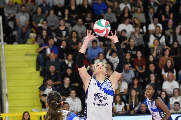 Spelverdeler Laura Dijkema van de Italiaanse ploeg Il Bisonte. Ze verloor van Scandicci, de ploeg van Lonneke Sloëtjes. Beeld Maurizio Anatrini