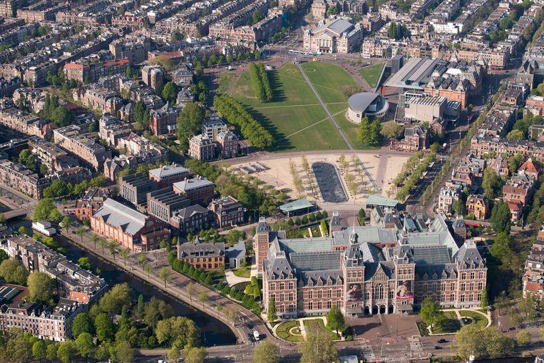 Het Rijksmuseum en Museumplein tijdens Koningsdag.  Beeld ANP
