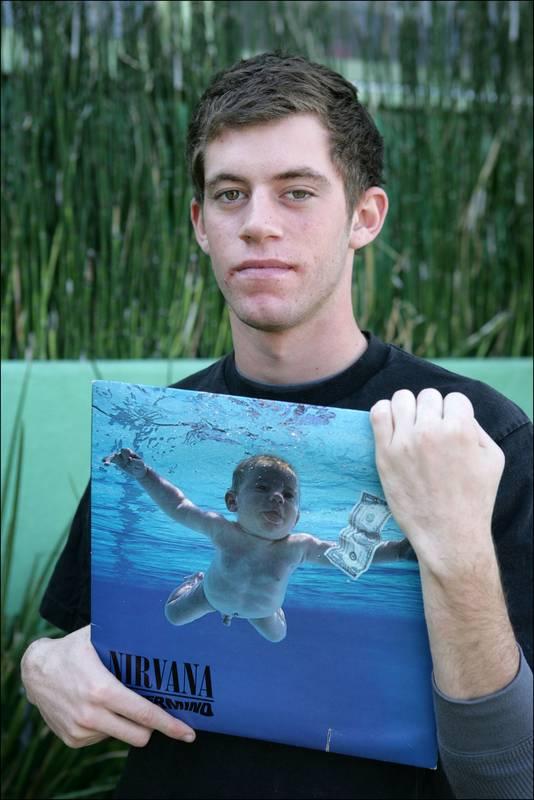 """Spencer prend la pose avec l'album en 2011, à l'occasion du 20e anniversaire de la sortie de """"Nevermind""""."""