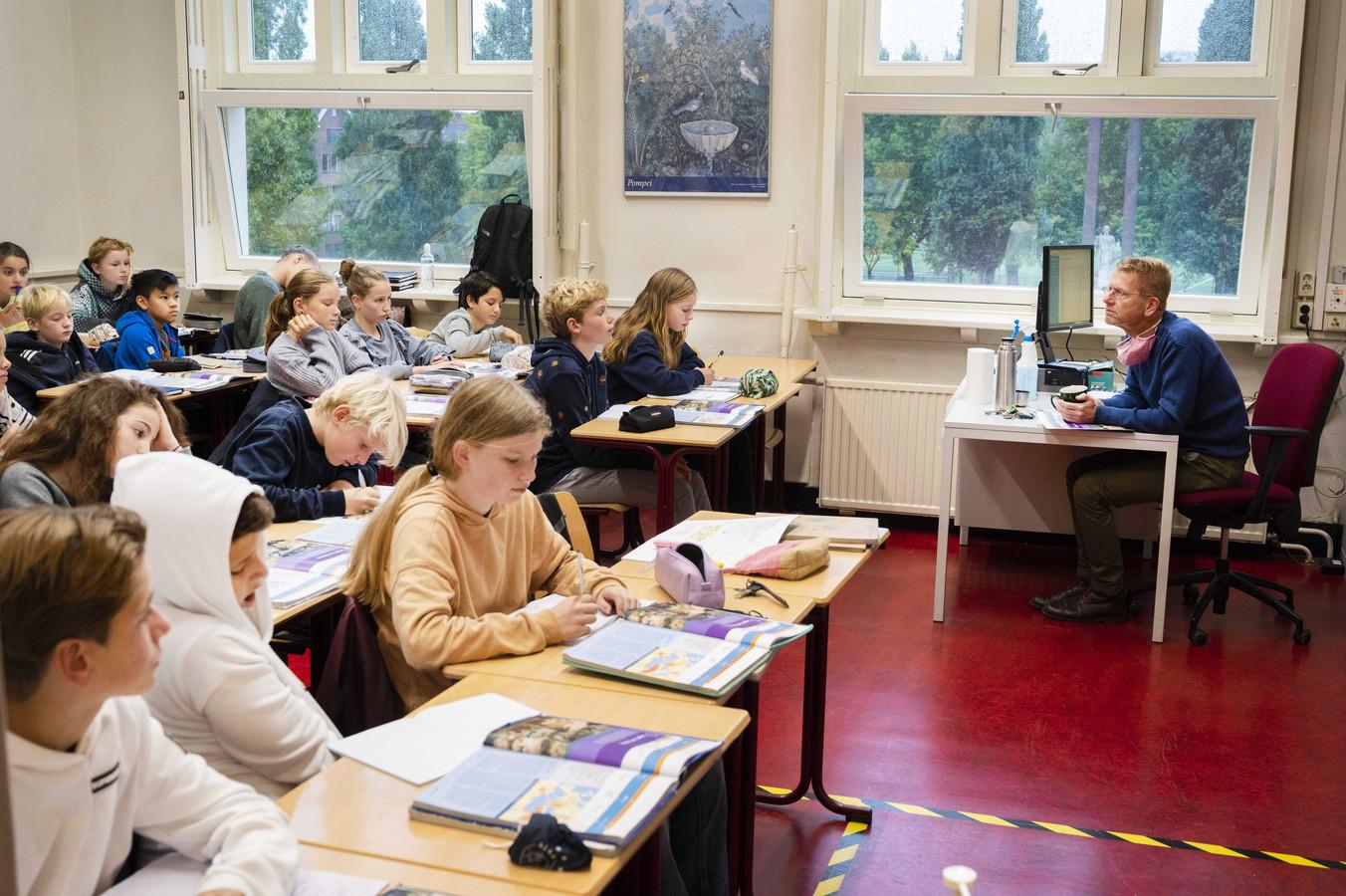 Een schoolklas (niet in Altena) met de ramen open.