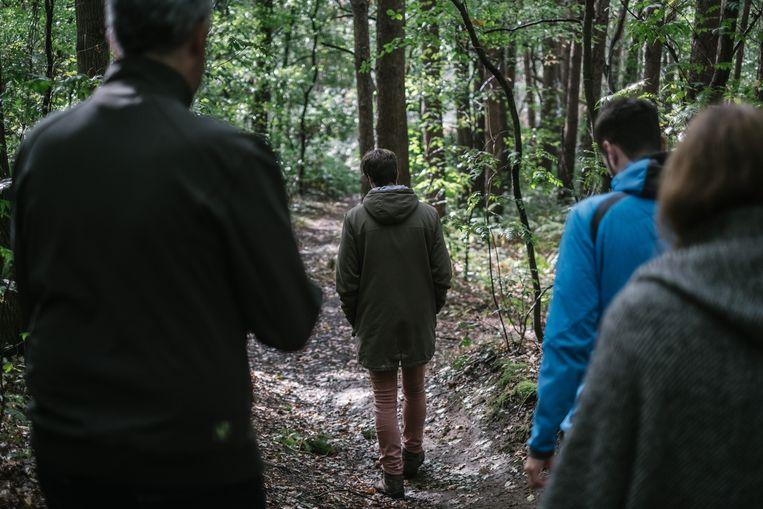 Journalist Rik Van Puymbroeck (l.) onderweg met Ben, Thijs en Eva. Beeld Wouter Van Vooren