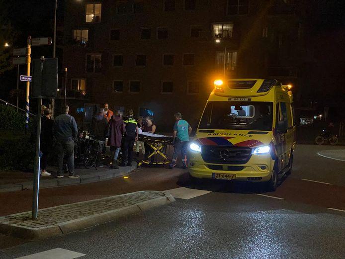 De fietser moest na het ongeval met de ambulance naar het ziekenhuis gebracht worden.