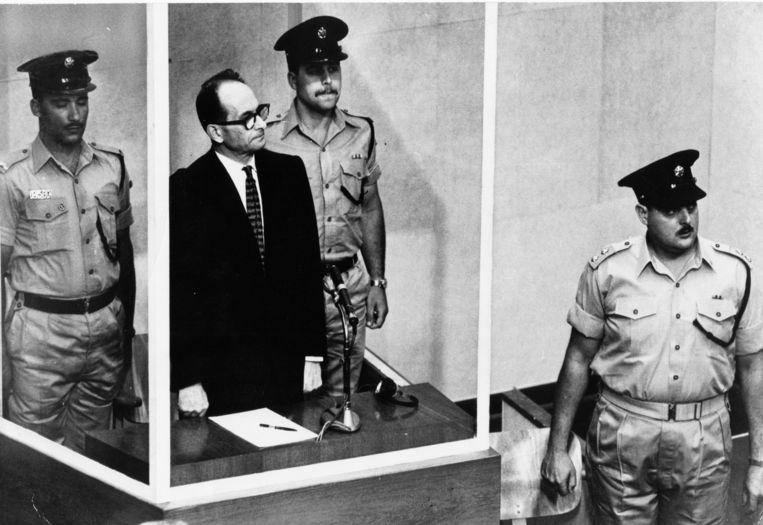 Adolf Eichmann tijdens zijn proces in Jeruzalem in 1961.  Beeld AP
