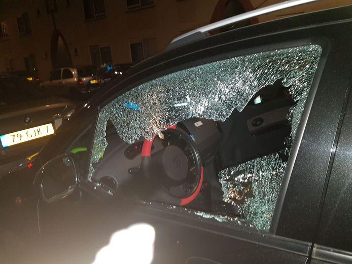 Ruiten auto ingegooid in Duindorp.