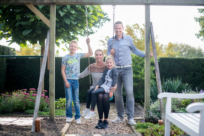 Jeroen en Danielle Peters in hun achtertuin, met zoon Sven (8) en dochter Lynn (5).