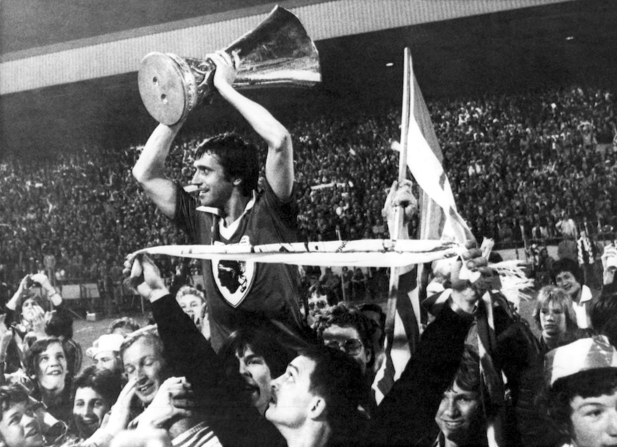 Willy van der Kuijlen wordt letterlijk op handen gedragen door de supporters van PSV na de UEFA Cup-winst in 1978. 'Skiete Willy' maakte in de finale tegen Bastia de laatste treffer (3-0).