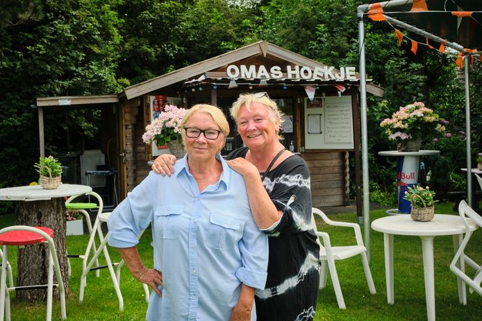 Gonny de Vries (links) en haar zus Riny, die regelmatig meehelpt in Oma's Hoekje.